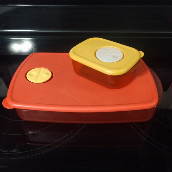 Set of 2 Tupperware containers